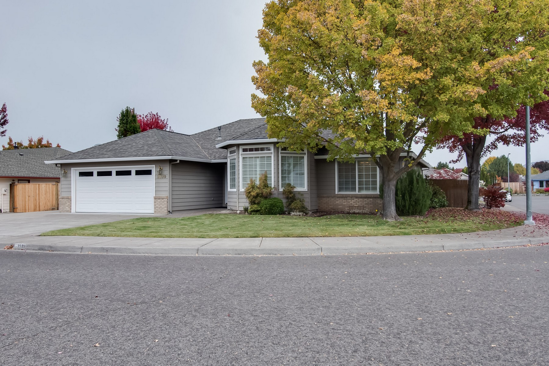 Single Family Homes pour l Vente à 3509 Shawna Drive Medford, OR Medford, Oregon 97502 États-Unis