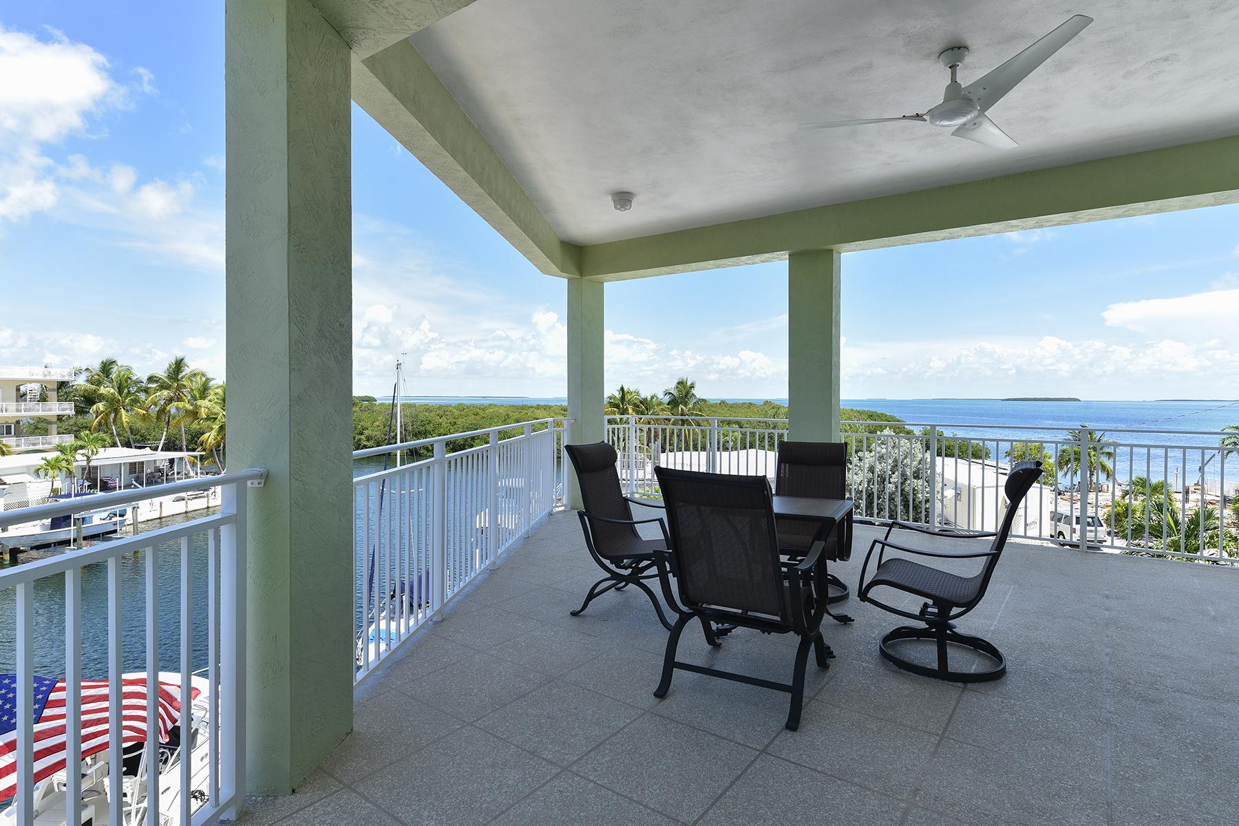 Частный односемейный дом для того Продажа на Desirable Waterfront Location 153 Westminster Drive Key Largo, Флорида, 33037 Соединенные Штаты