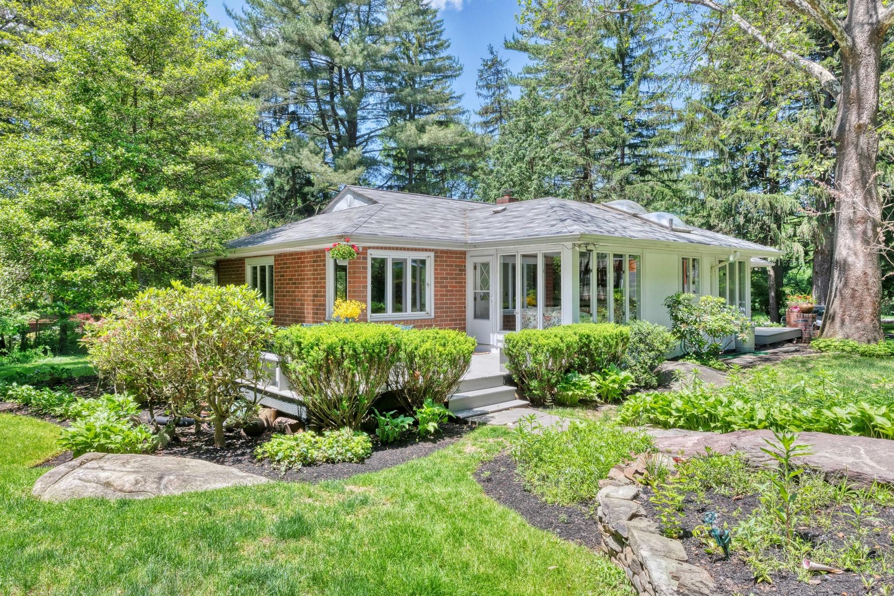 Single Family Homes för Försäljning vid Brick Ranch in Private Setting 63 Demarest Mill Rd., West Nyack, New York 10994 Förenta staterna