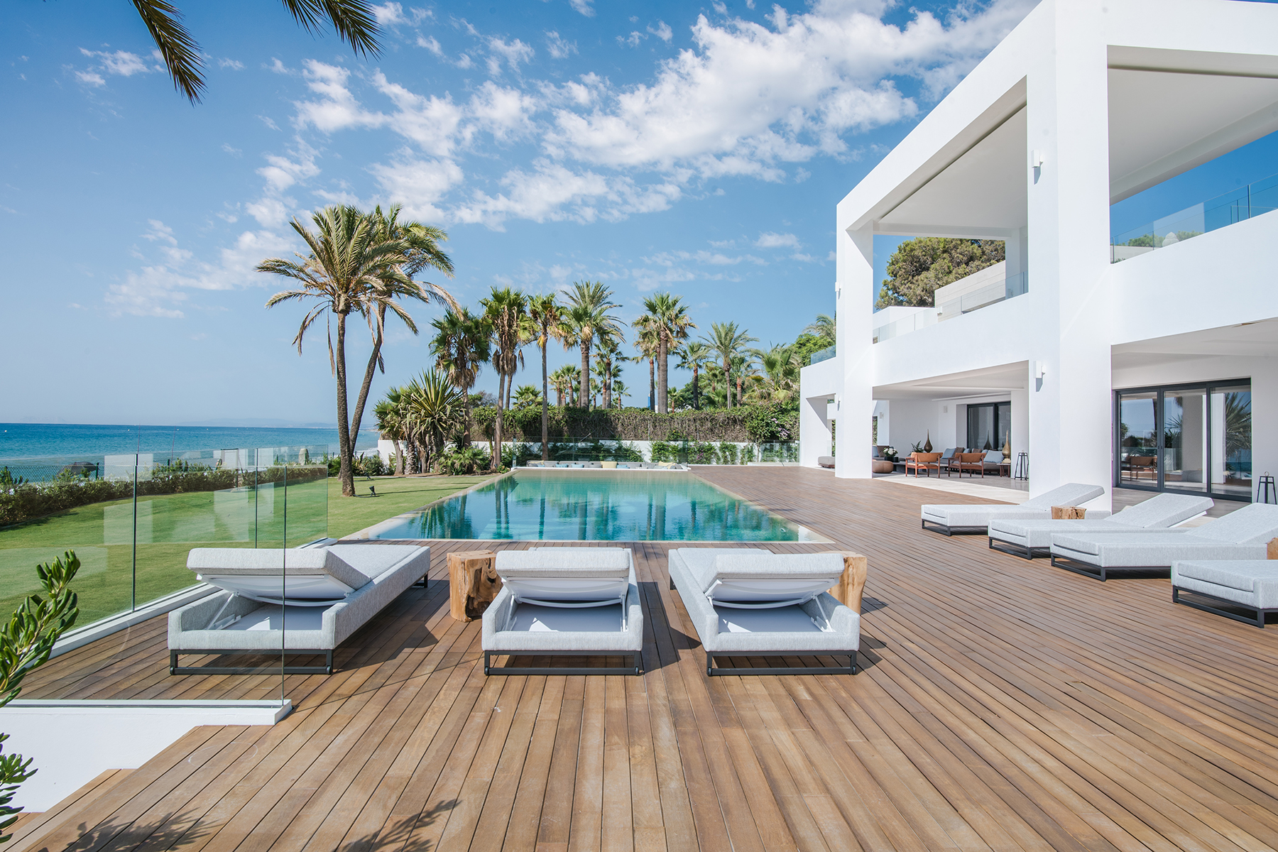 Tek Ailelik Ev için Satış at A truly jewel of villa at beachfront New Golden Mile, Estepona, Costa Del Sol, 29680 Ispanya
