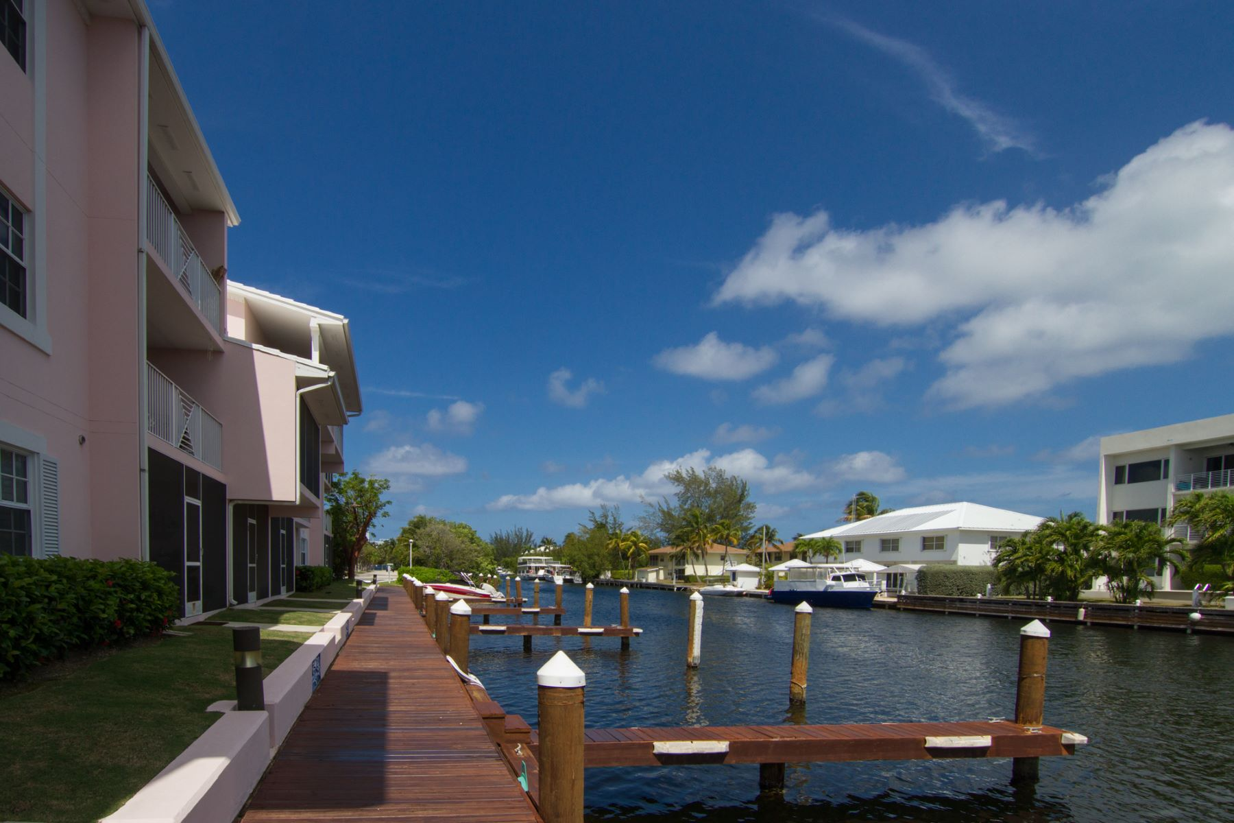 Additional photo for property listing at Britannia Canalfront Seven Mile Beach, Gran Caimán Islas Caimán