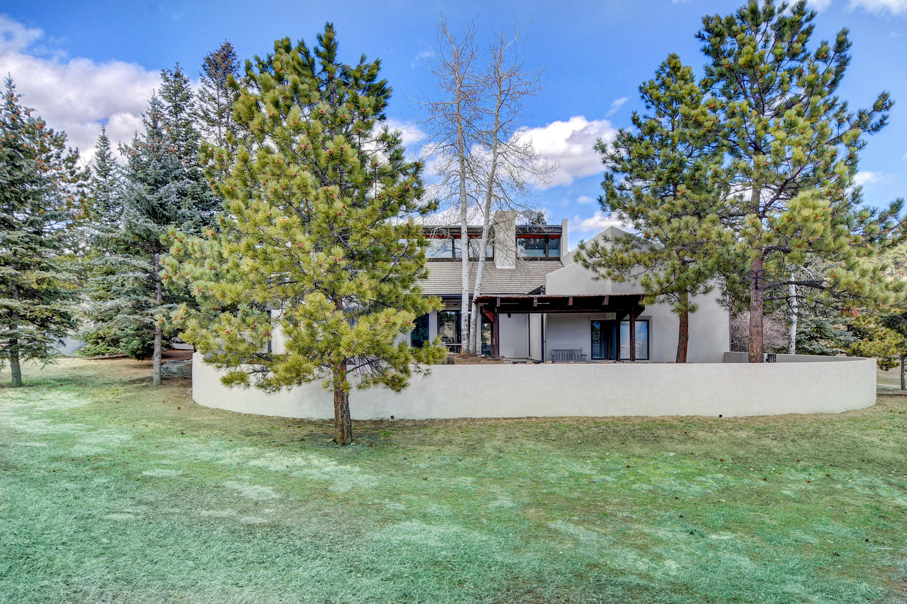 Single Family Homes pour l Vente à Stunning, Newly Updated, One Level Nestled on 5 Gentle Acres 574 Spring Ranch Drive, Golden, Colorado 80401 États-Unis
