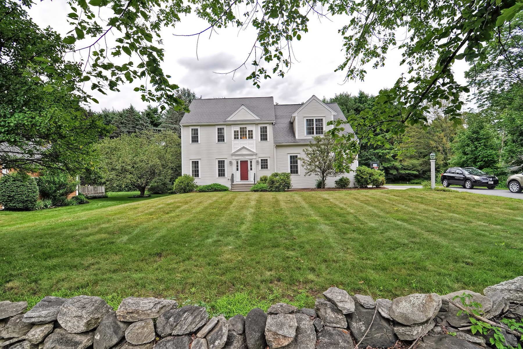 Casa Unifamiliar por un Venta en Expansive Colonial 226 Whitney Street Northborough, Massachusetts, 01532 Estados Unidos