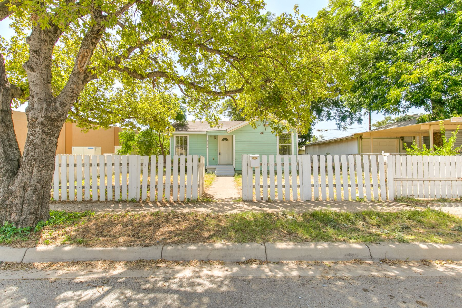 Single Family Homes for Active at Charming 2 bedroom 1 bathroom bungalow 1932 Greenfield Avenue Comfort, Texas 76102 United States