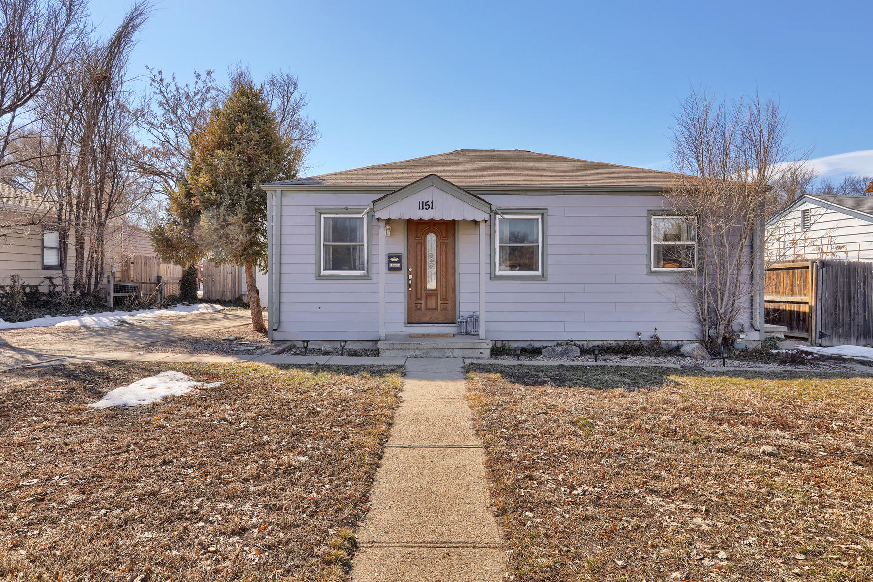 Single Family Homes のために 売買 アット Adorable, well cared for 2 Bedroom/ 1 Bathroom bungalow. 1151 Del Mar Parkway, Aurora, コロラド 80010 アメリカ