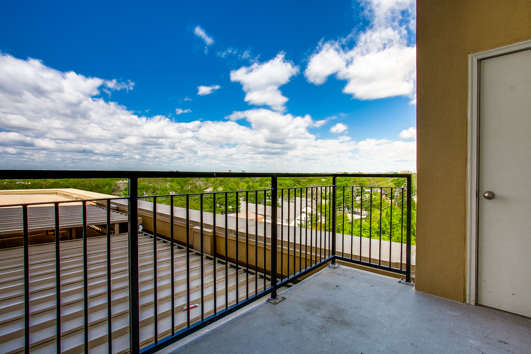 Additional photo for property listing at Beautiful High-Rise Condo Soaring Above Knox Street with Picturesque Views 4611 Travis Street #801B, Dallas, Texas 75205 United States