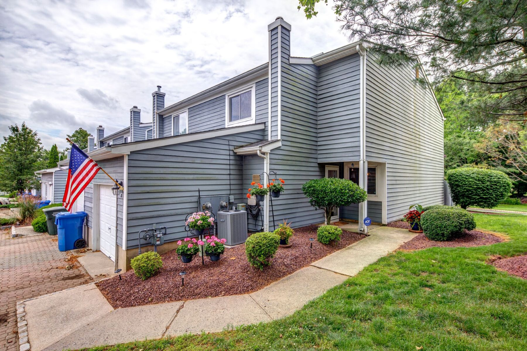 Single Family Homes por un Venta en 8 Spring Court Tinton Falls, Nueva Jersey 07724 Estados Unidos