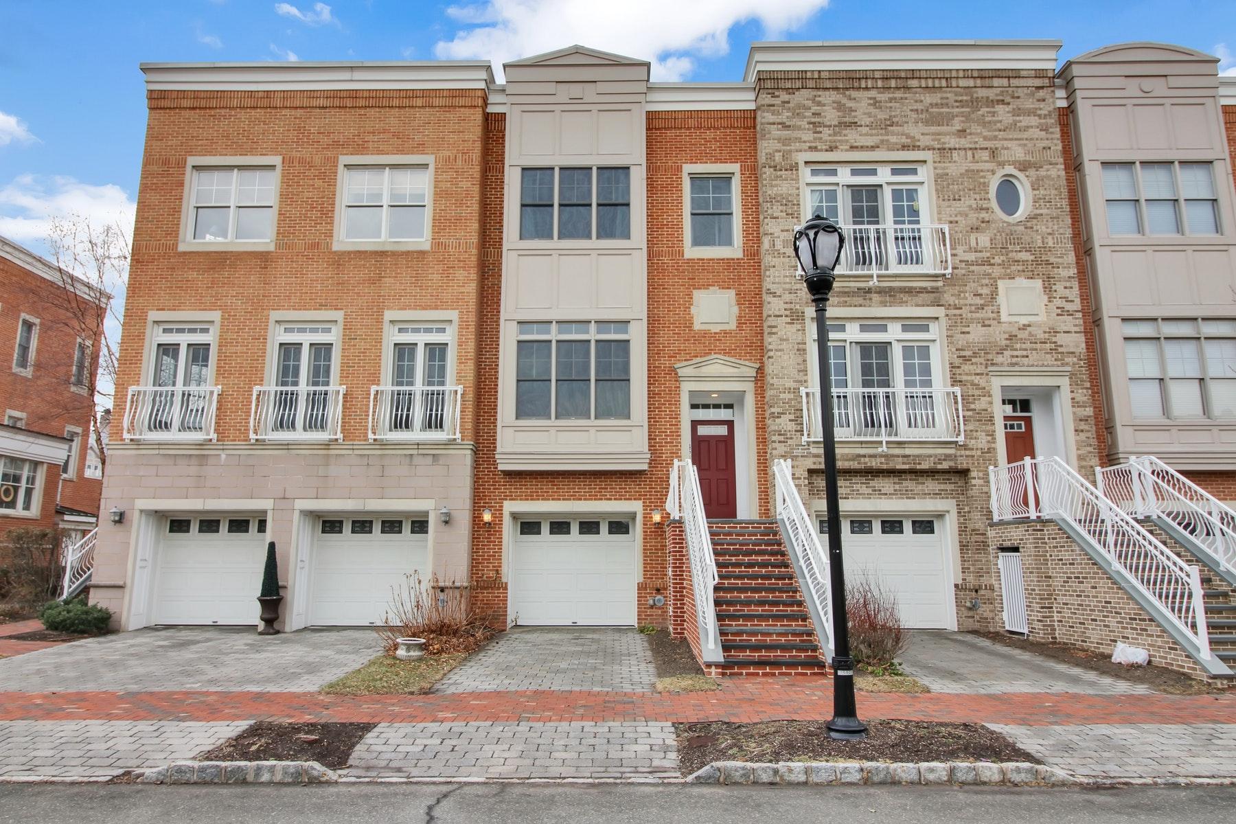 Appartement en copropriété pour l Vente à This Well Maintained, Waterfront Townhouse Provides Spacious Living 15 Intrepid Pl #15 Jersey City, New Jersey 07305 États-Unis
