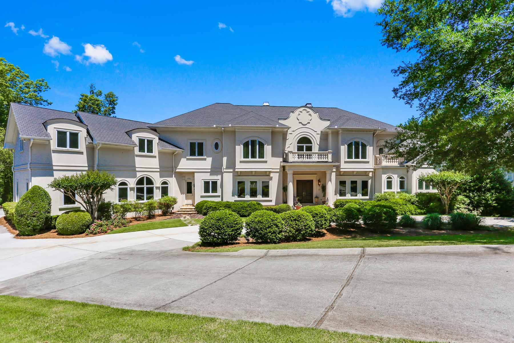 Enfamiljshus för Försäljning vid Magnificent Country Club Estate Home on Sprawling Property 1235 Stuart Ridge Alpharetta, Georgien 30022 Usa