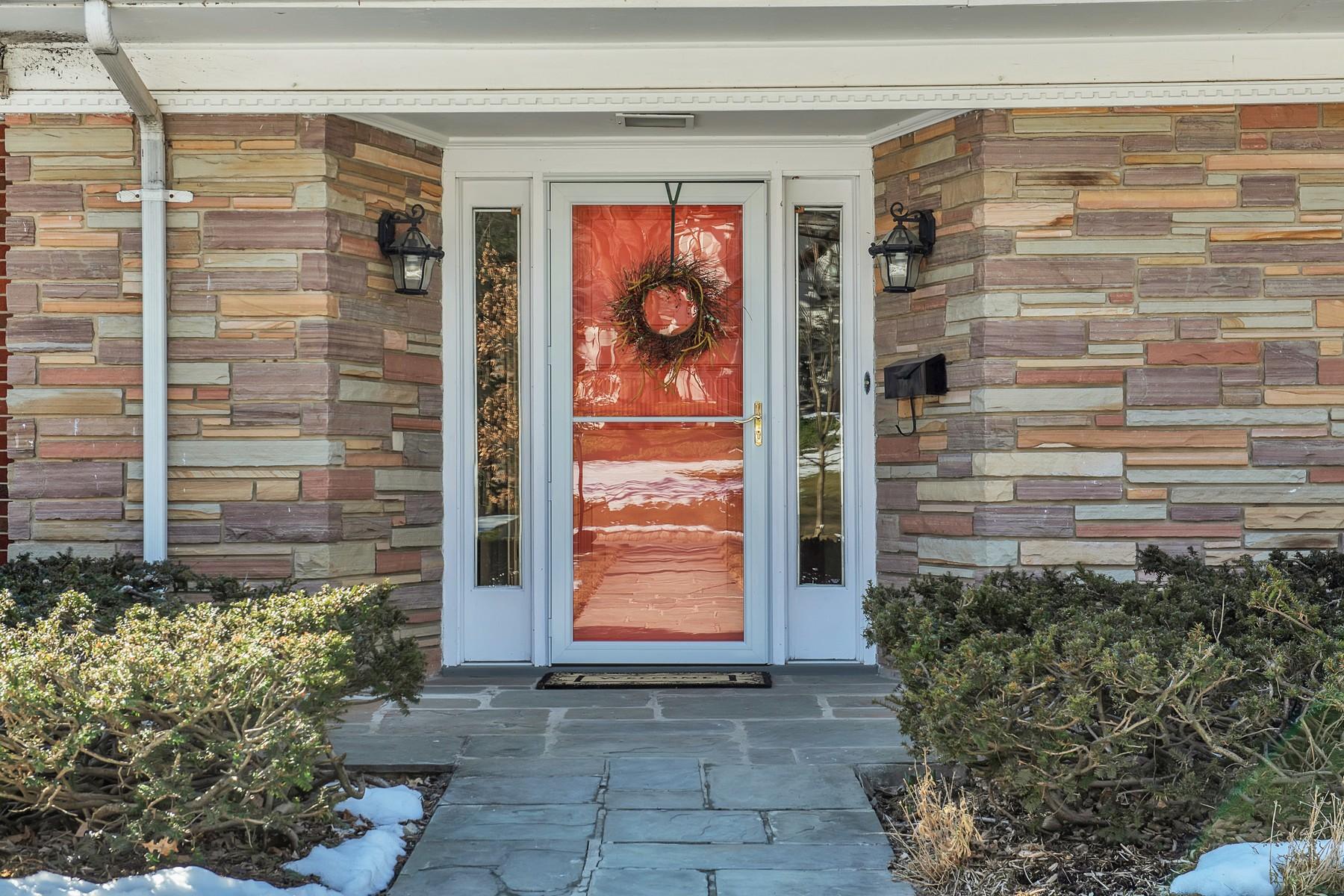 Частный односемейный дом для того Продажа на Bright, Cheery Mid-Century Expanded Ranch 16 Glen Road, Verona, Нью-Джерси 07044 Соединенные Штаты