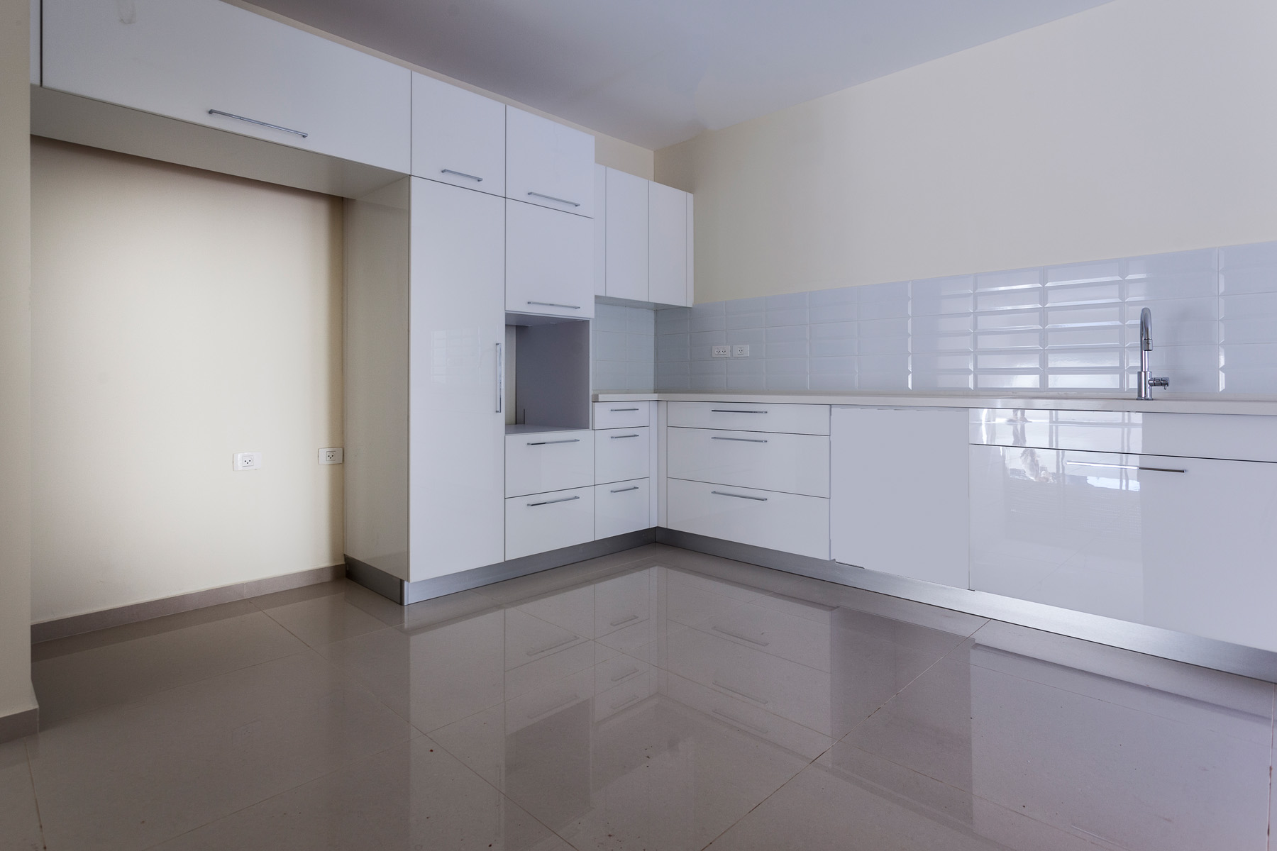 Additional photo for property listing at Brand New Elegant Garden Apartment Ra'anana, Israel Israel