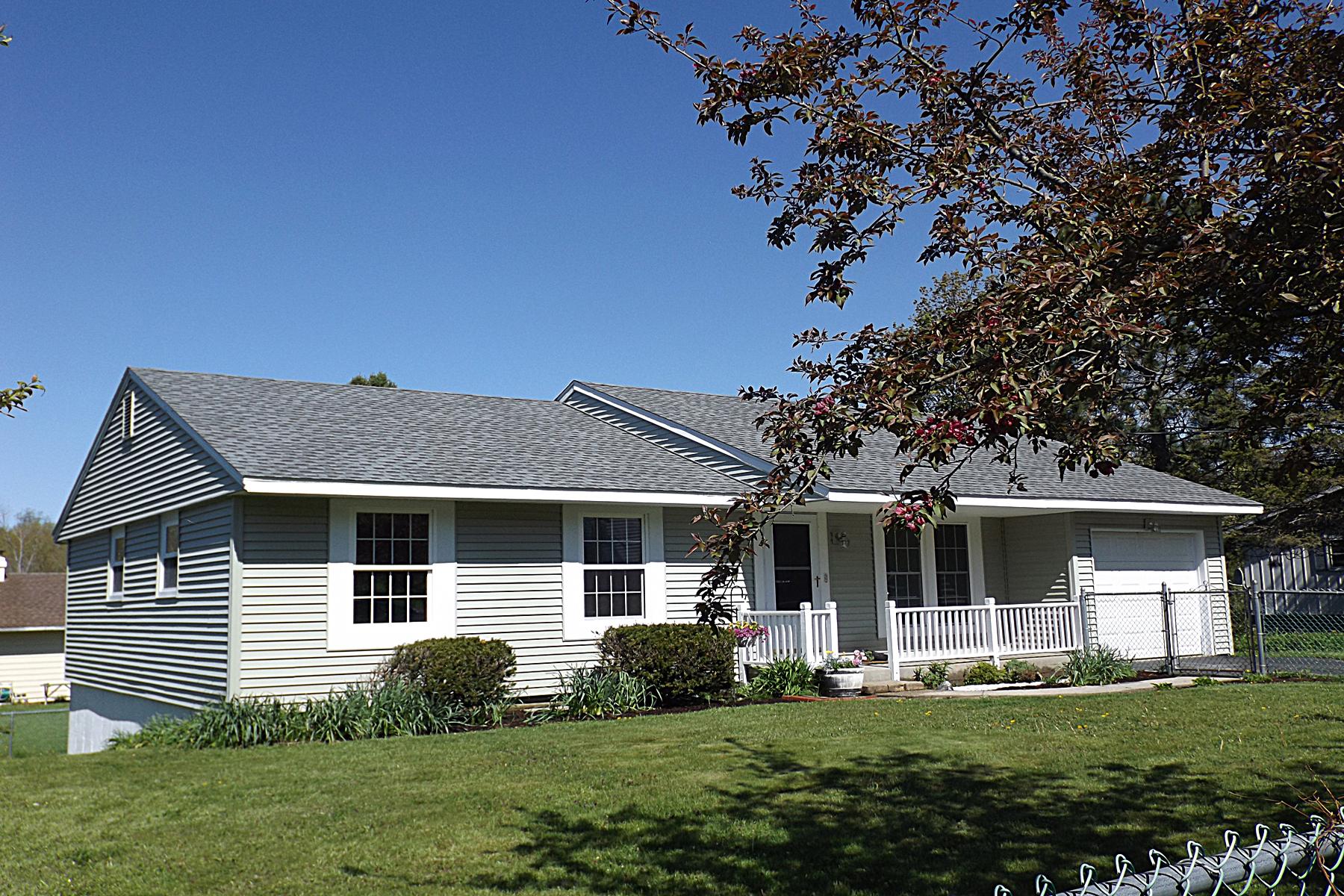 Single Family Homes por un Venta en Just in Time for Summer 5 Brentwood Drive Rutland, Vermont 05701 Estados Unidos