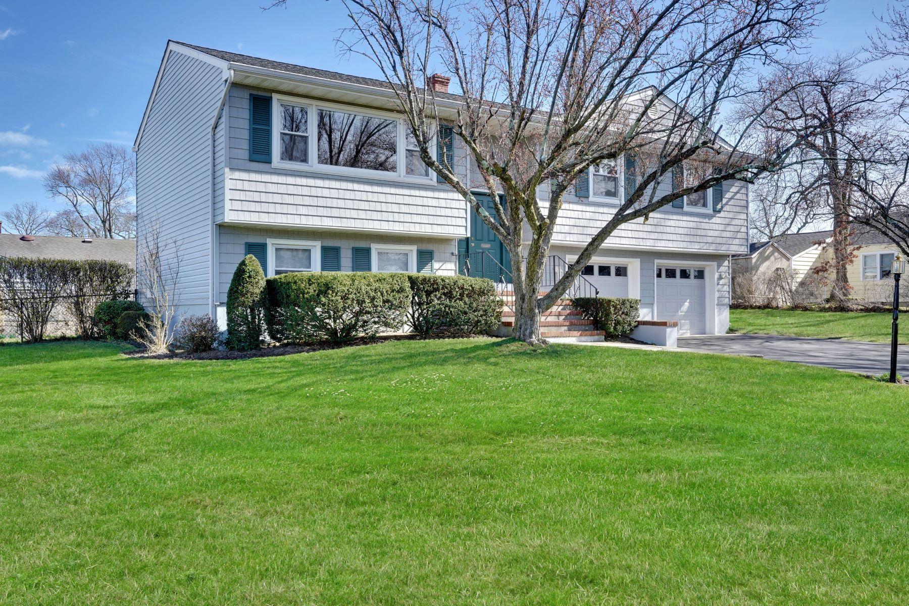 Single Family Homes por un Venta en Spacious and Attractive 1304 Chestnut Avenue Ocean, Nueva Jersey 07712 Estados Unidos