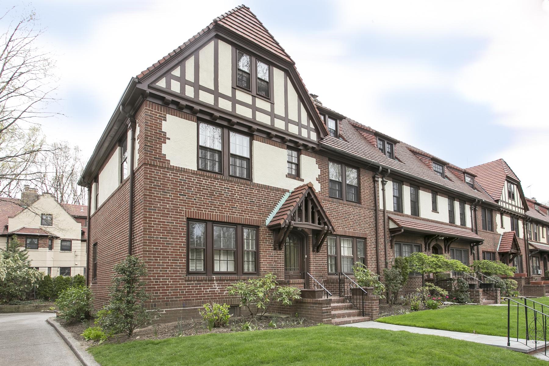 """Apartamento por un Alquiler en """"CHARMING TWO BEDROOM IN FOREST HILLS GARDENS"""" Forest Hills, Nueva York 11375 Estados Unidos"""