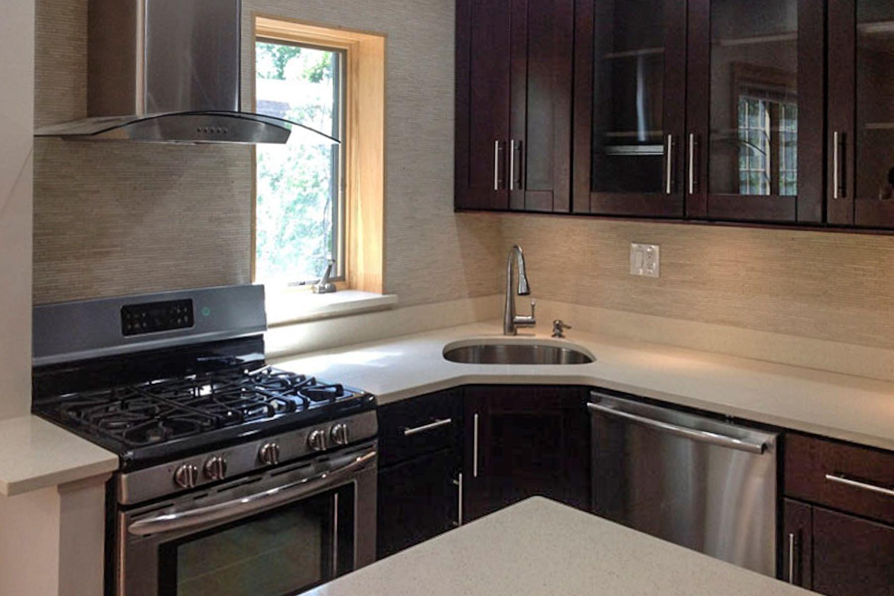 "Additional photo for property listing at ""SPARKLING TOWNHOUSE RENOVATION"" 68-32 Groton Street, Forest Hills, Nueva York 11375 Estados Unidos"
