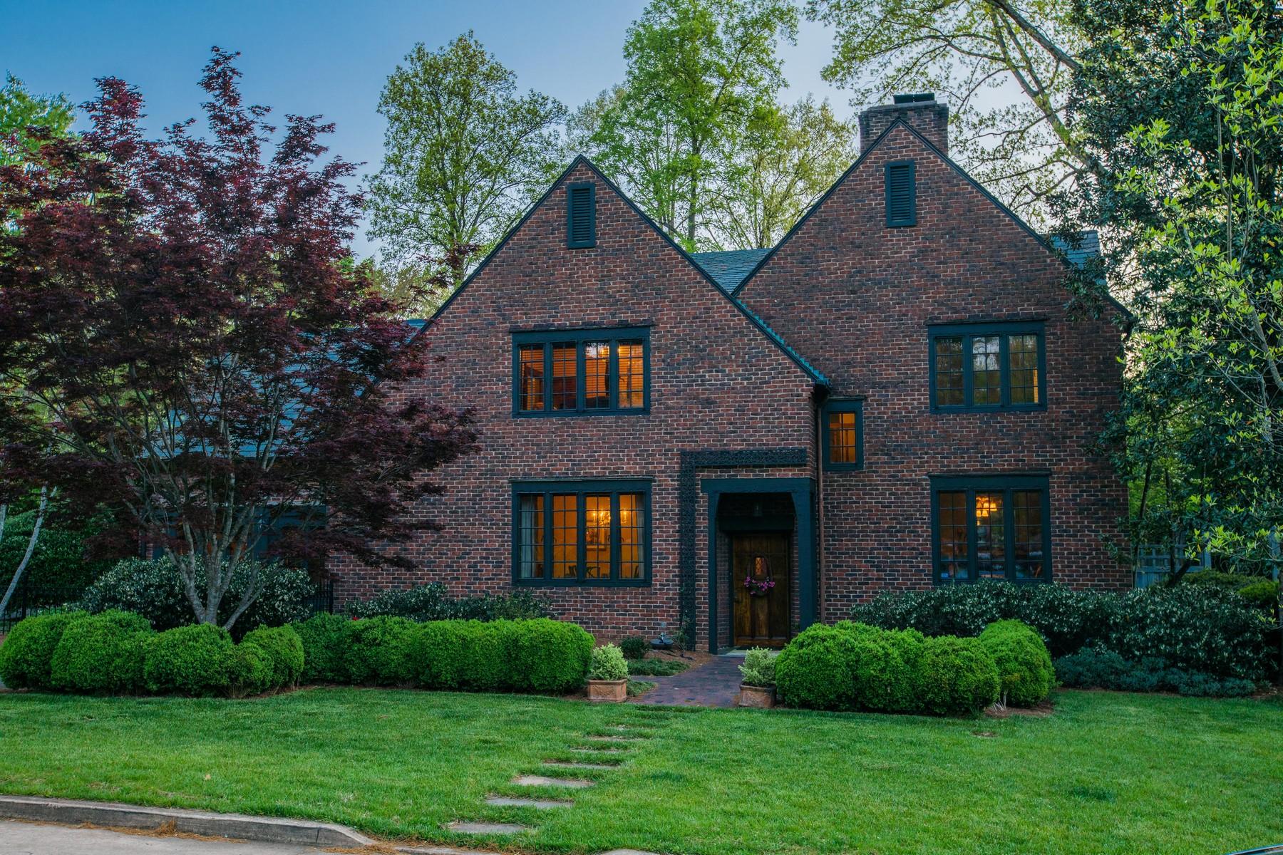 Single Family Homes pour l Vente à Elegant Tudor Home In Sequoyah Hills 3711 Westerwood Drive, Knoxville, Tennessee 37919 États-Unis