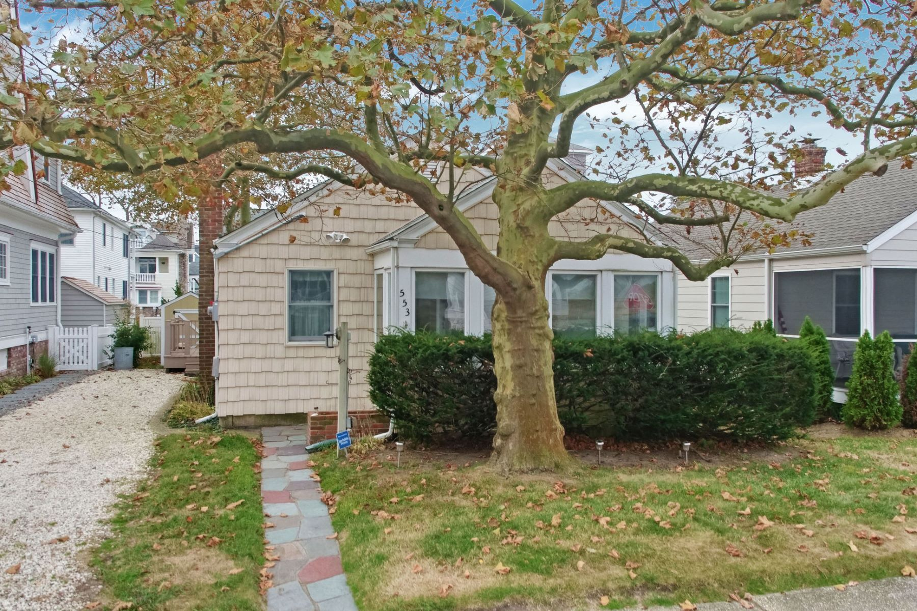 Single Family Homes 为 销售 在 Adorable Summer Bungalow 553 Whiting Avenue, Manasquan, 新泽西州 08736 美国
