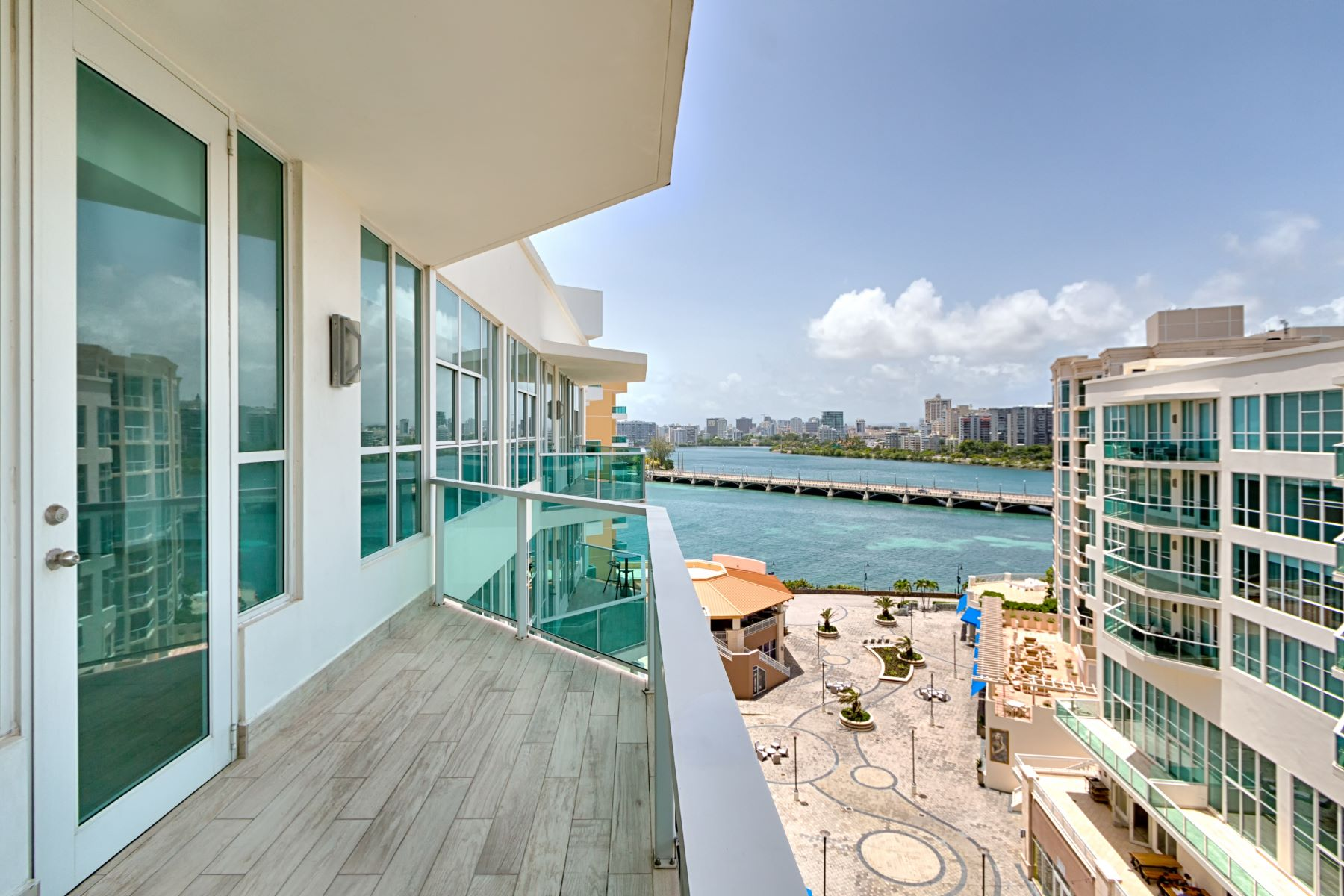 Apartamento por un Venta en 9th Floor Water Views at Bahia Plaza 25 Munoz Rivera Ave. Apt. 902 San Juan, 00901 Puerto Rico