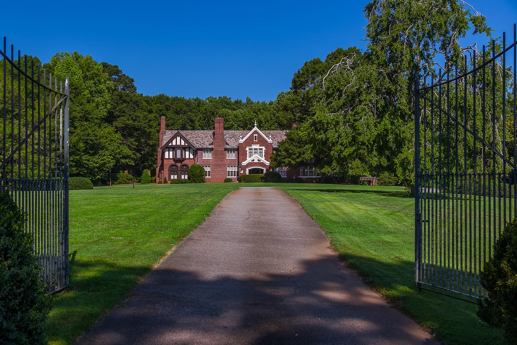 獨棟家庭住宅 為 出售 在 Iconic Tudor Mansion 218 Jackson Street Newnan, 喬治亞州 30263 美國