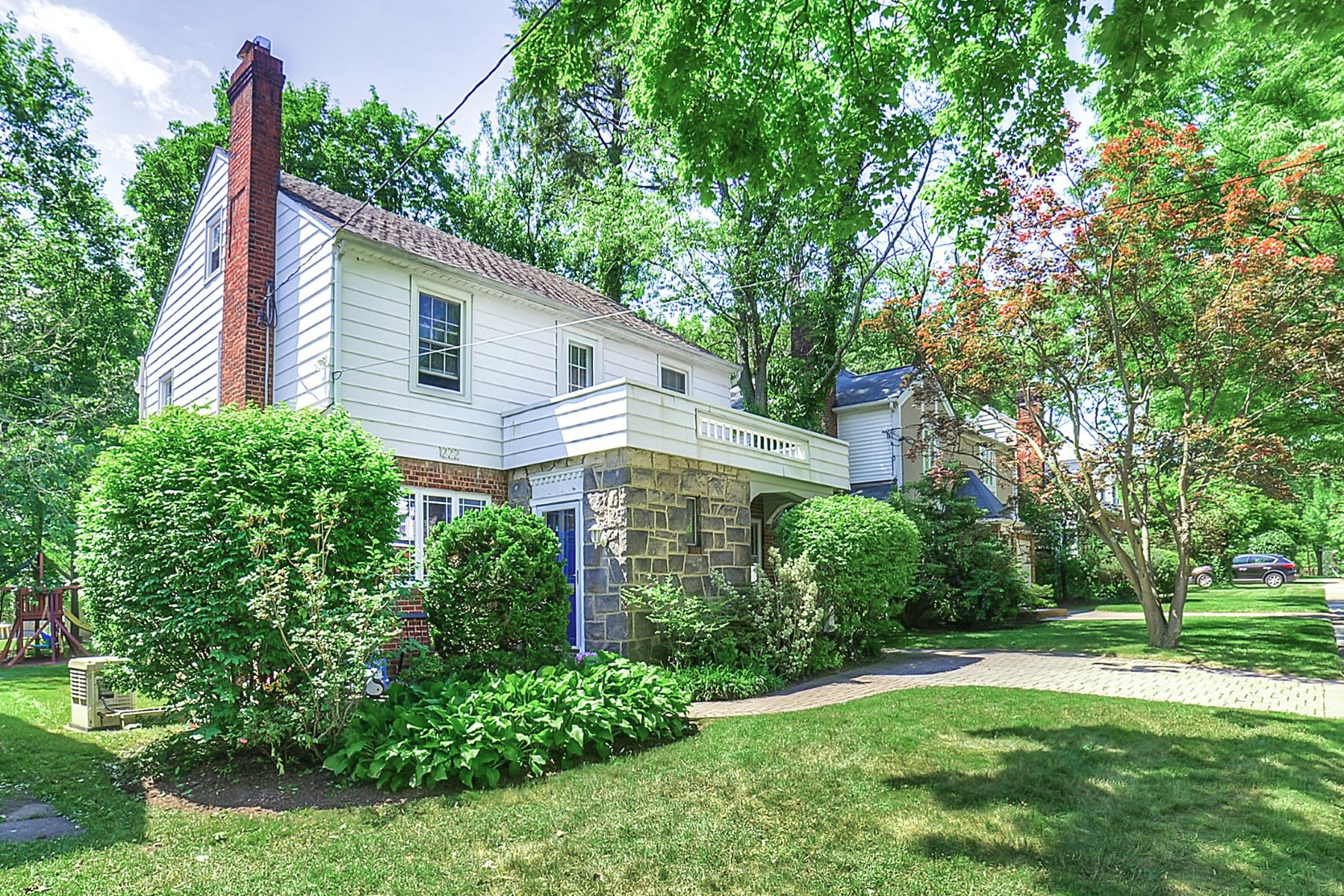 Частный односемейный дом для того Продажа на Fabulous Teaneck Home! 1222 Kensington Road Teaneck, Нью-Джерси 07666 Соединенные Штаты