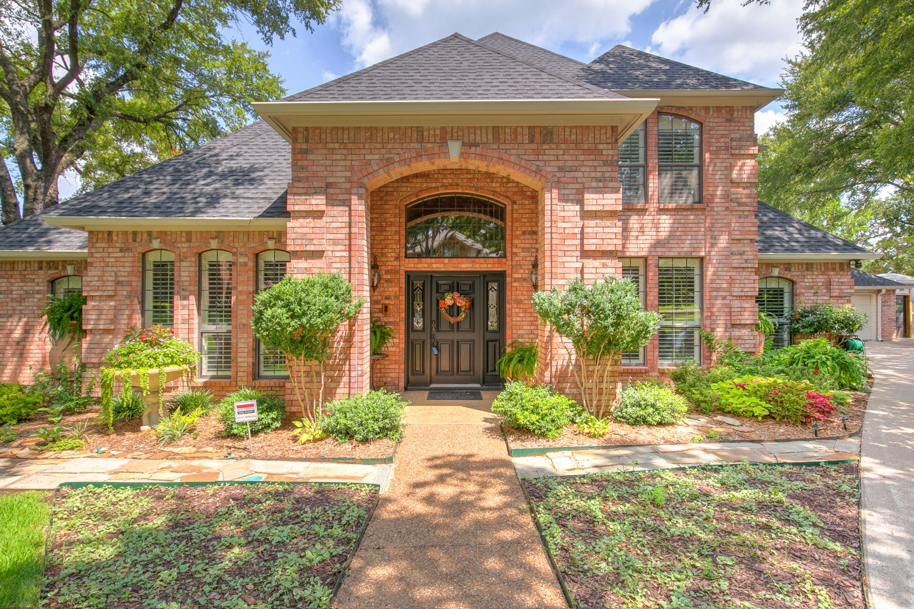 Single Family Homes for Sale at Beautiful custom home set in lush mature landscaping 3403 Forestway Court Arlington, Texas 76001 United States