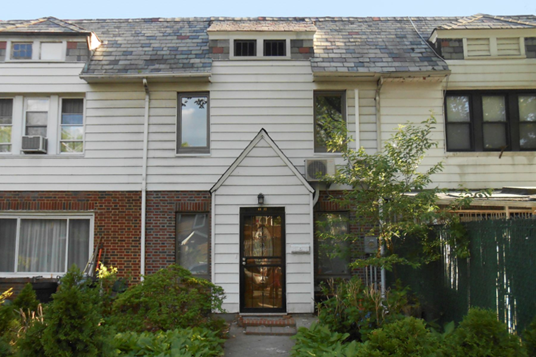 "Casa unifamiliar adosada (Townhouse) por un Alquiler en ""SPARKLING TOWNHOUSE RENOVATION"" 68-32 Groton Street, Forest Hills, Nueva York 11375 Estados Unidos"