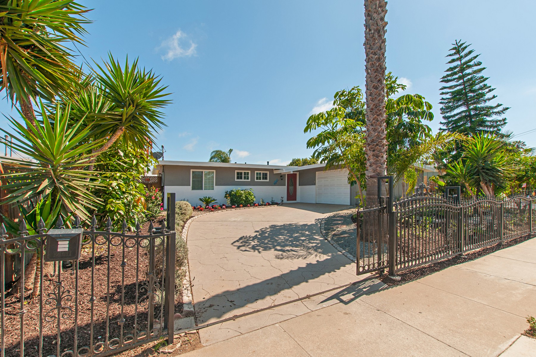 独户住宅 为 销售 在 1137 Holly Ave. 因皮里尔, 加利福尼亚州, 91932 美国