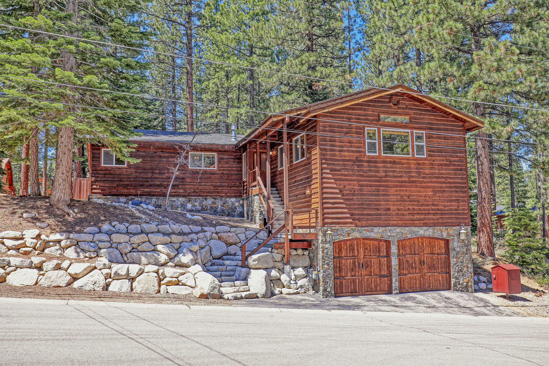 Single Family Homes por un Venta en Beautifully Remodeled Montgomery Estates Home 3127 Jacarillo Trail South Lake Tahoe, California 96150 Estados Unidos