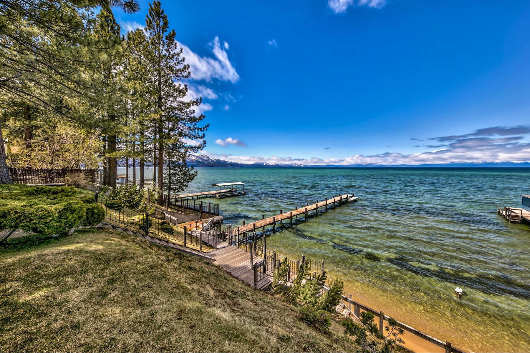 single family homes 为 销售 在 765 Lakeview Ave, South Lake Tahoe, CA 96150 765 Lakeview Ave 南太浩湖, 加利福尼亚州 91711 美国