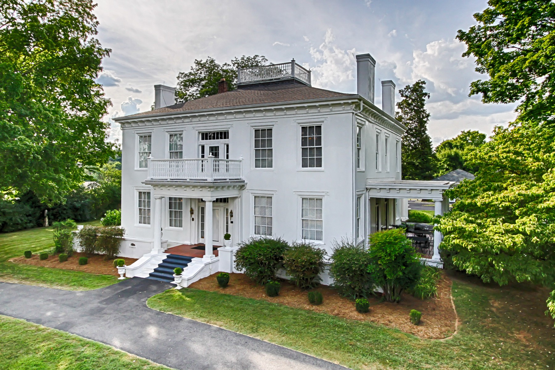 Single Family Homes pour l Vente à Arrow Hill Mansion 6622 W. Andrew Johnson Highway, Talbott, Tennessee 37877 États-Unis