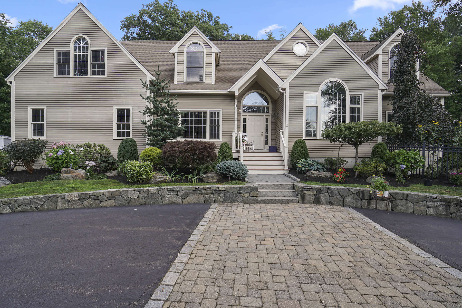 Single Family Homes 용 매매 에 Exquisite Home Perfectly Located 2 Meadow Pond Lane, Natick, 매사추세츠 01760 미국