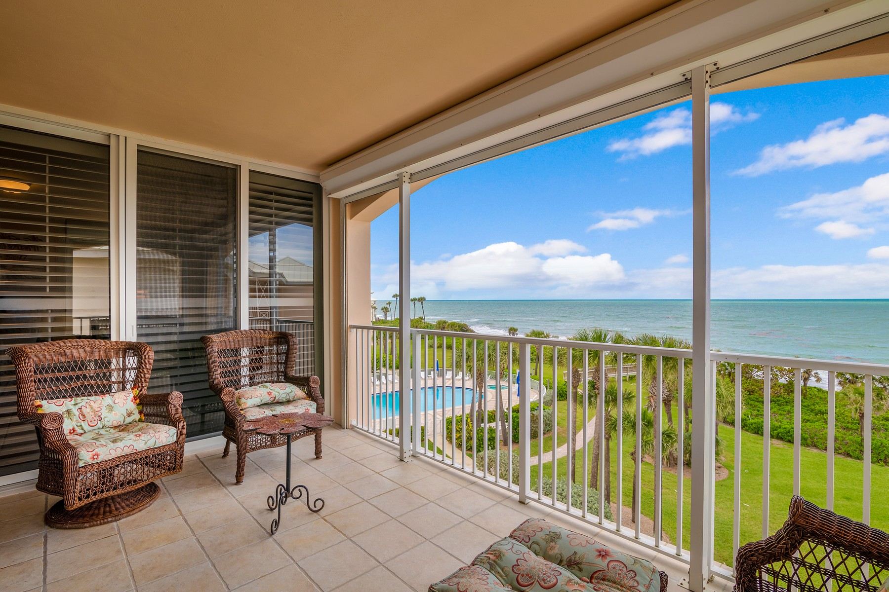 Condominiums для того Продажа на Top Floor Oceanfront Condo 8866 N Sea Oaks Way #212 Vero Beach, Флорида 32963 Соединенные Штаты