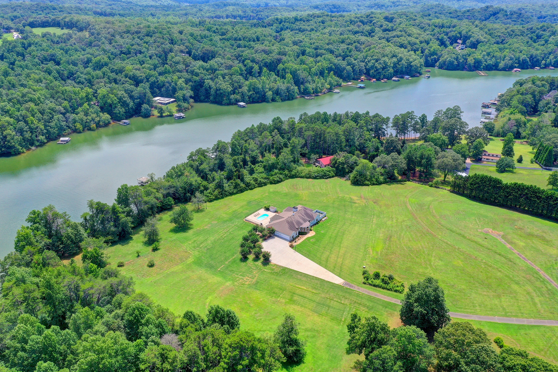 Single Family Homes por un Venta en Stunning Lake Lanier Property Perfect for Family Compound or Developer 5609 Old Wilkie Road, Gainesville, Georgia 30506 Estados Unidos