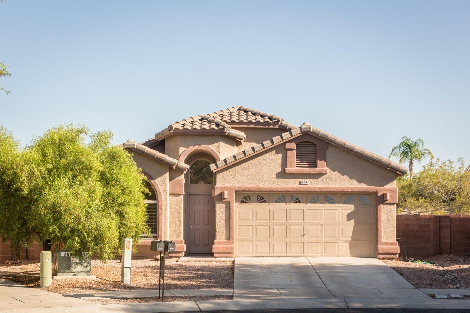 Casa para uma família para Venda às Beautiful well maintained home in the gated community of Sweetwater Reserve 4141 W GLANCE MINE PLACE Tucson, Arizona, 85745 Estados Unidos
