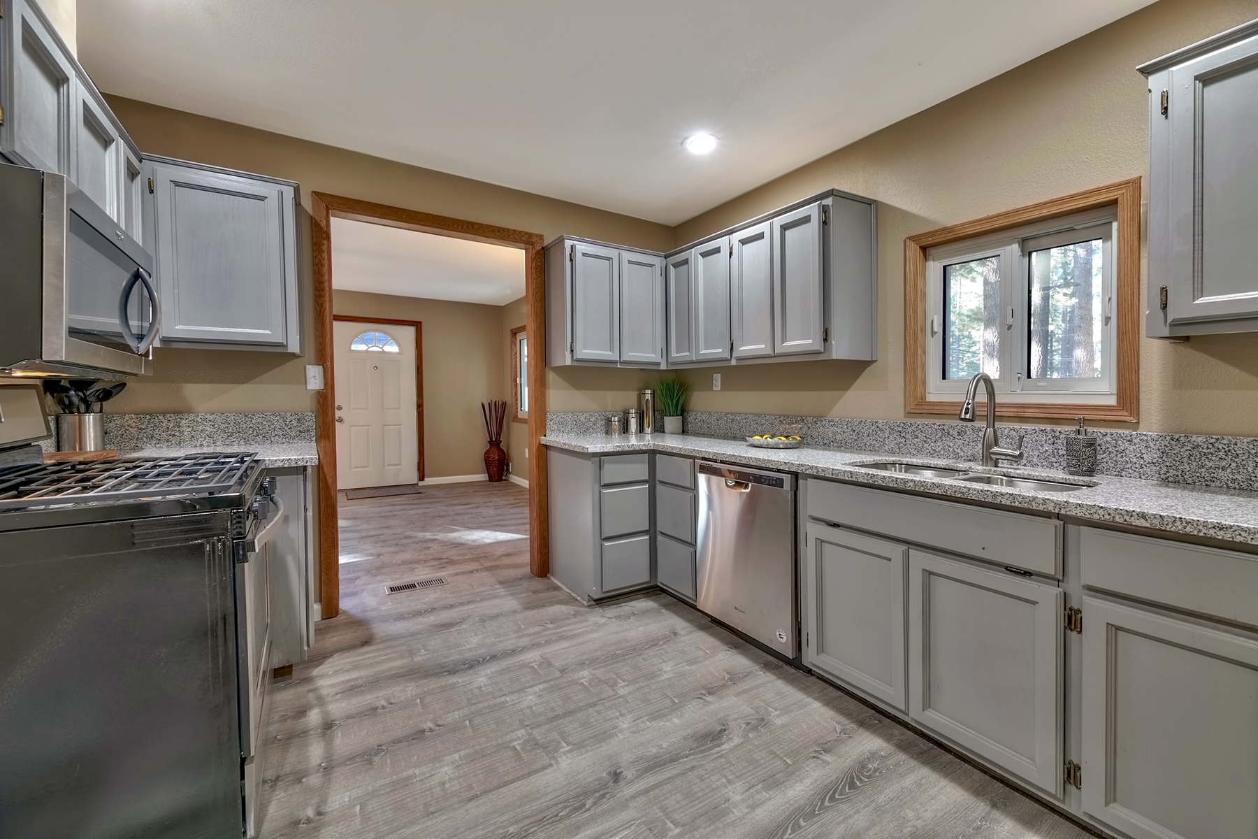 Additional photo for property listing at 1285 Margaret Ave, South Lake Tahoe, Ca 96150 1285 Margaret Avenue South Lake Tahoe, California 96150 United States
