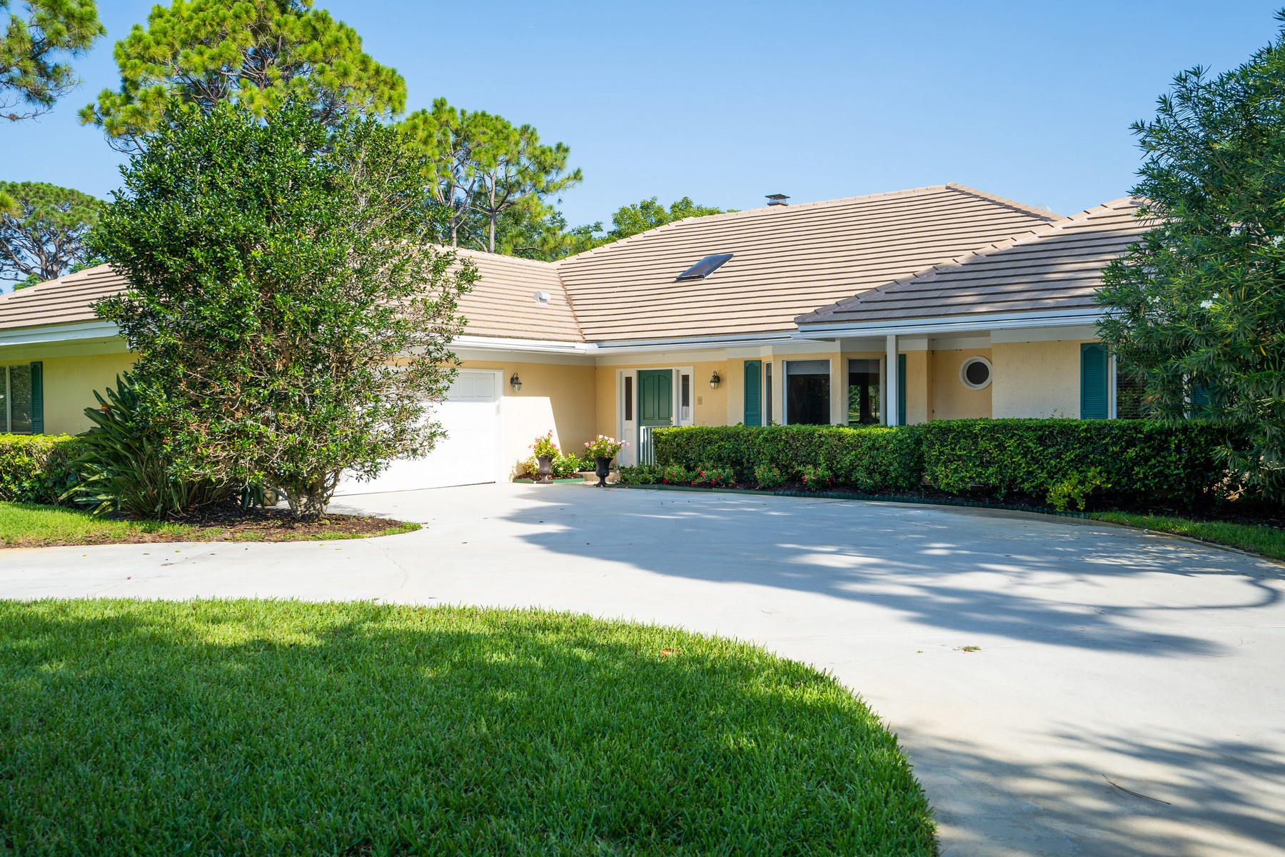 Single Family Homes 為 出售 在 Four Bedroom Home on the Golf Course 5825 Glen Eagle Lane Vero Beach, 佛羅里達州 32967 美國