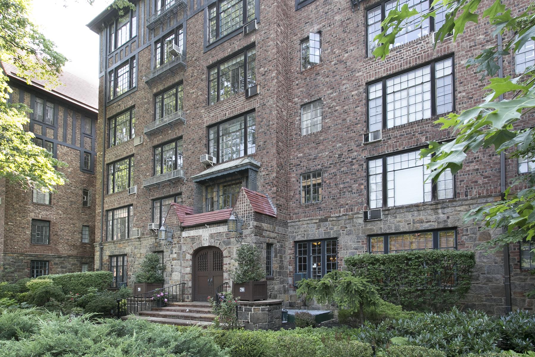 """Co-op Properties por un Venta en """"ENCHANTING STUDIO WITH PARK VIEWS"""" 20 Continental Avenue, #4B, Forest Hills Gardens, Queens, Nueva York 11375 Estados Unidos"""