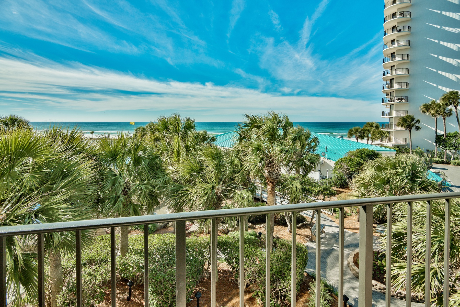 Condominio por un Venta en UNIQUE WRAP AROUND BALCONY AND UNOBSTRUCTED GULF VIEWS 11483 Front Beach Road 212 Panama City Beach, Florida, 32407 Estados Unidos