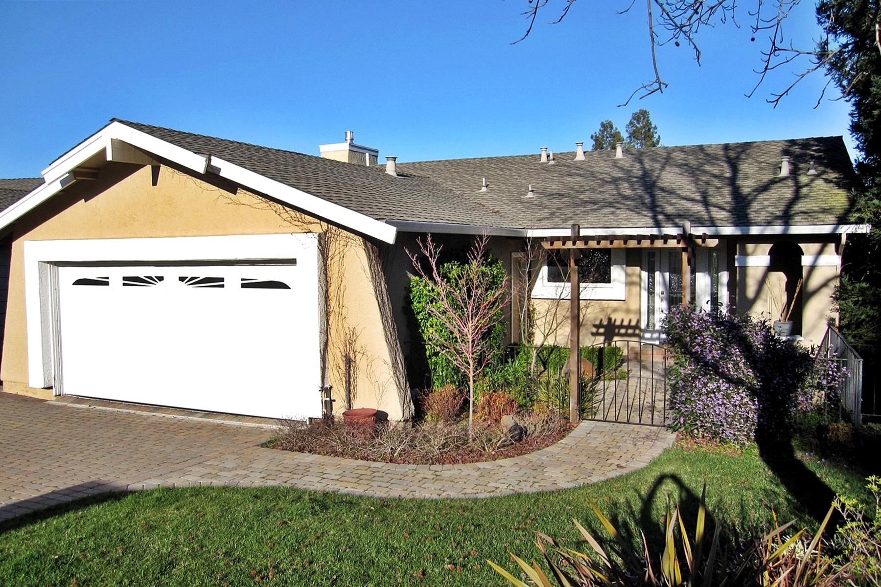 Maison unifamiliale pour l Vente à Stunning Views Of Mount Diablo 69 Saint Thomas Court Pleasant Hill, Californie 94523 États-Unis