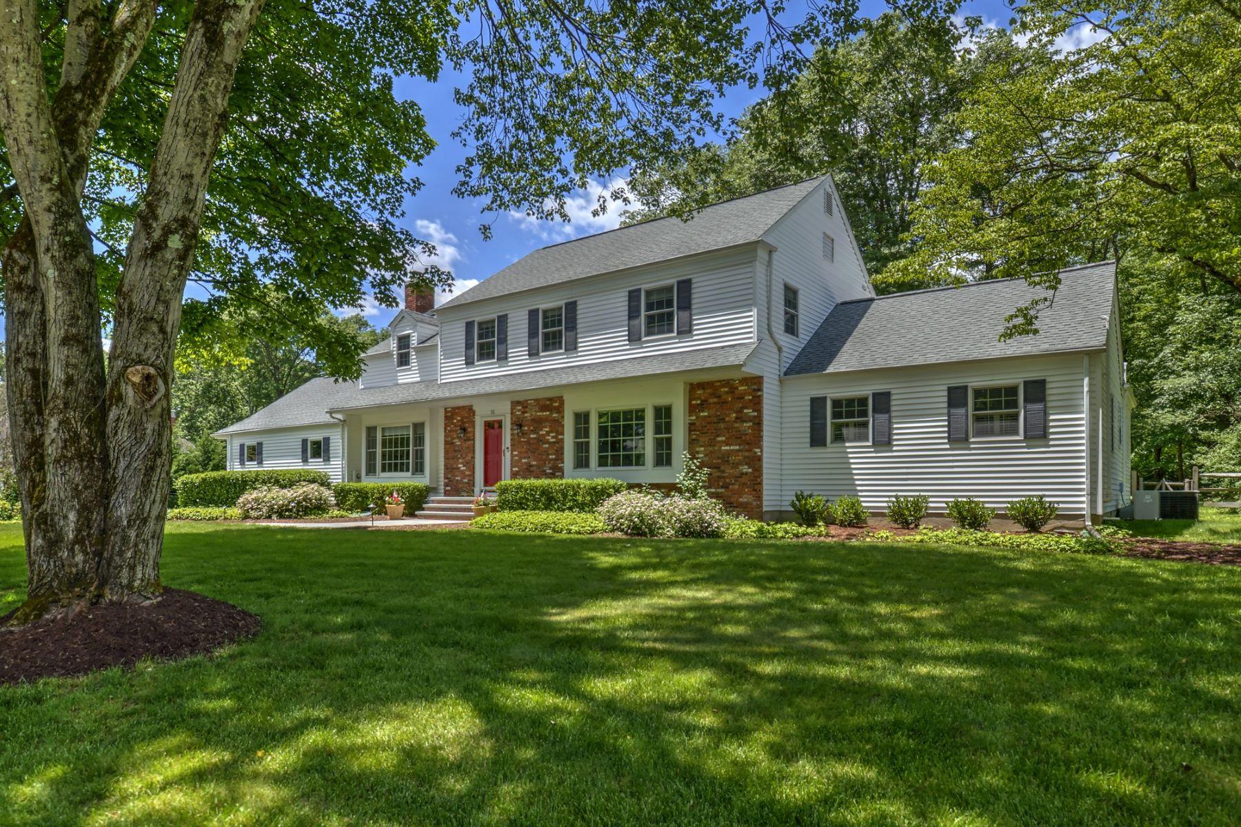 Single Family Homes para Venda às Classic Center Hall Colonial 55 Walnut Circle, Basking Ridge, Nova Jersey 07920 Estados Unidos