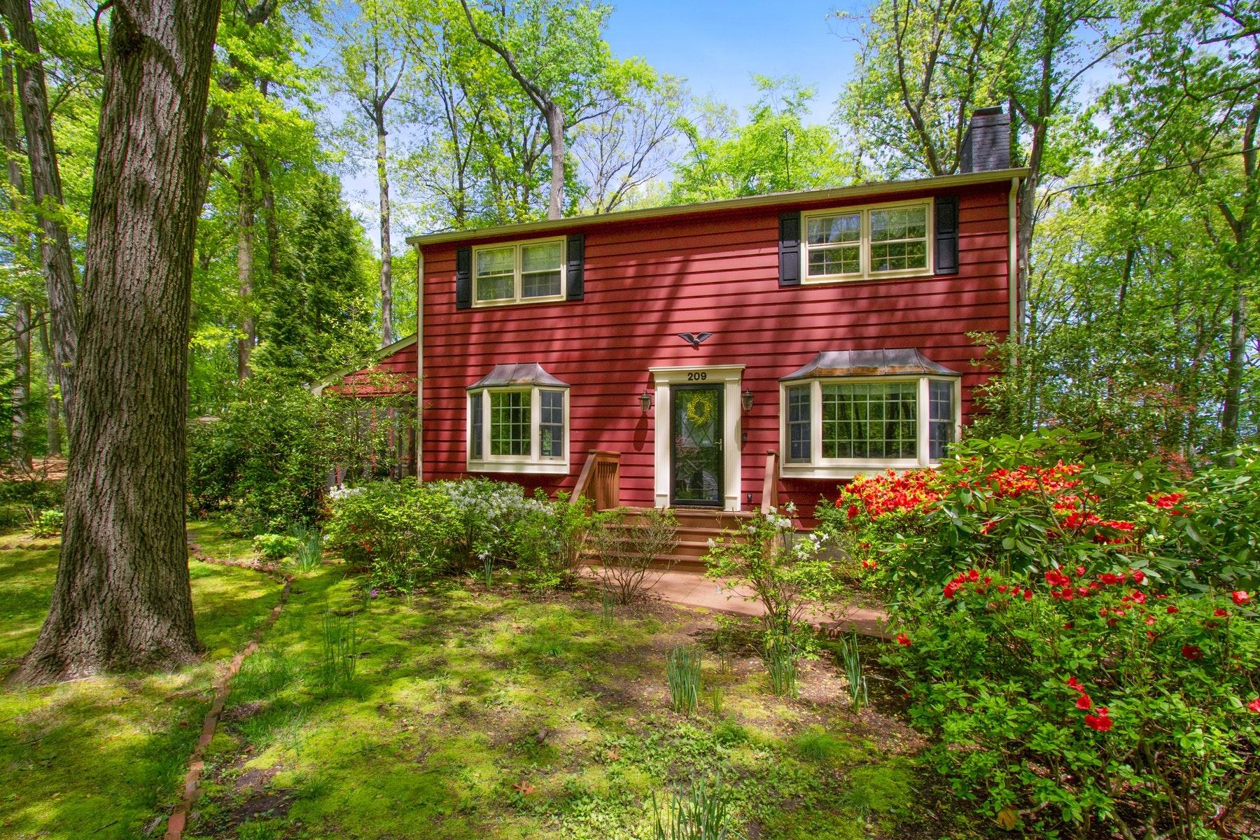 Single Family Homes pour l Vente à LIVE LINCROFT 209 Woodland Drive, Lincroft, New Jersey 07738 États-Unis