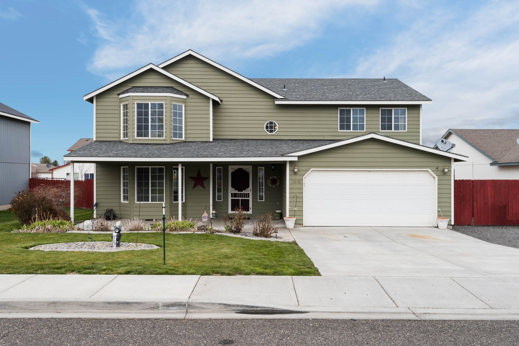 Single Family Home for Sale at Very Nice 4 Bed, 2 Story Home 2010 West 30th Place, Kennewick, Washington, 99337 United States