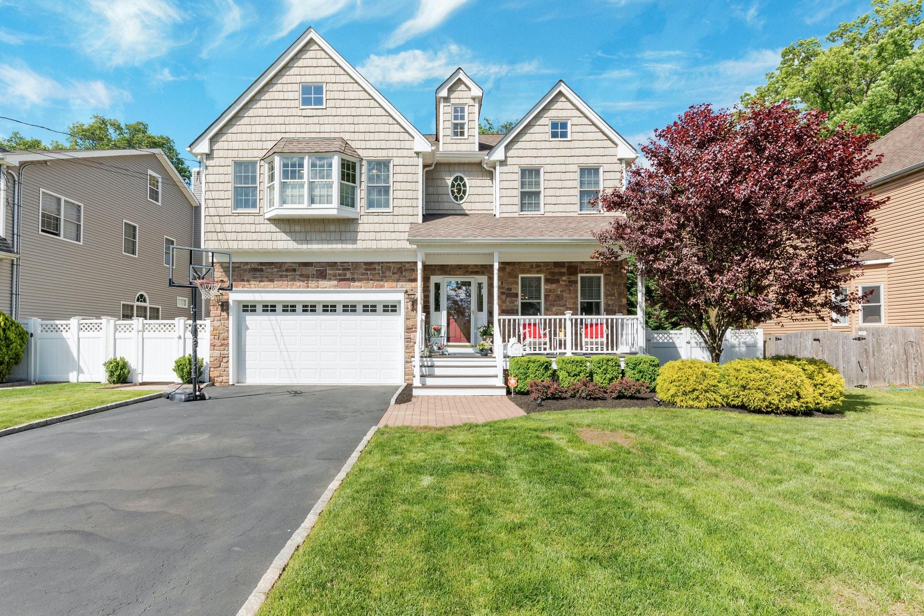 Single Family Homes pour l Vente à Commuter's Delight! 122 Farley Street, Fanwood, New Jersey 07023 États-Unis