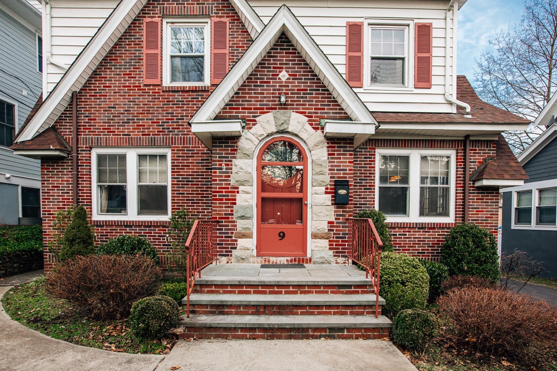 Single Family Homes för Försäljning vid Old World Charm in Renovated Tudor 9 Winsor Place, Glen Ridge, New Jersey 07028 Förenta staterna
