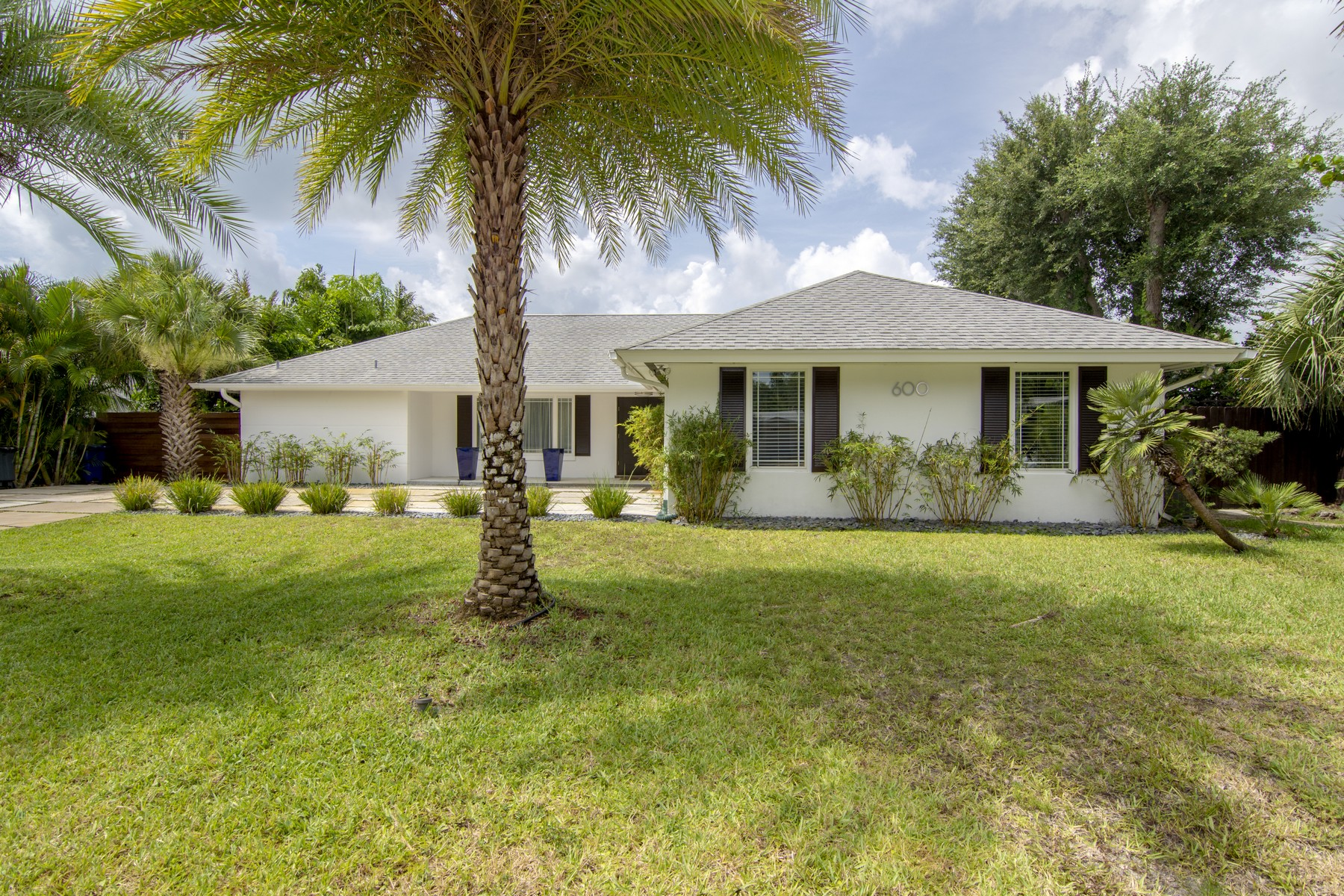 Additional photo for property listing at Beautifully Renovated Home with New Swimming Pool! 600 Honeysuckle Lane Vero Beach, Florida 32963 United States