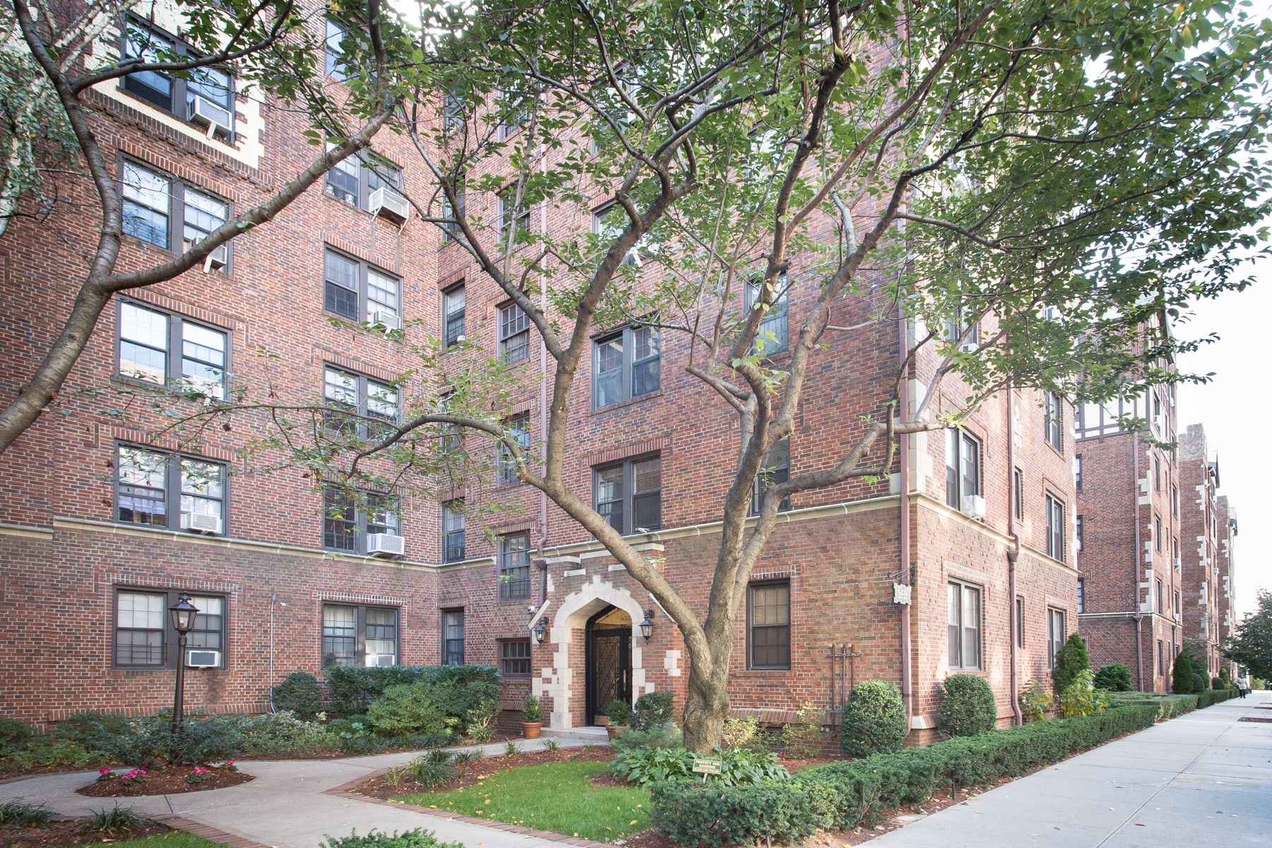 "Property por un Venta en ""SUNNY & SPACIOUS"" 68-30 Burns Street, #C3, Forest Hills,, Queens, Nueva York 11375 Estados Unidos"