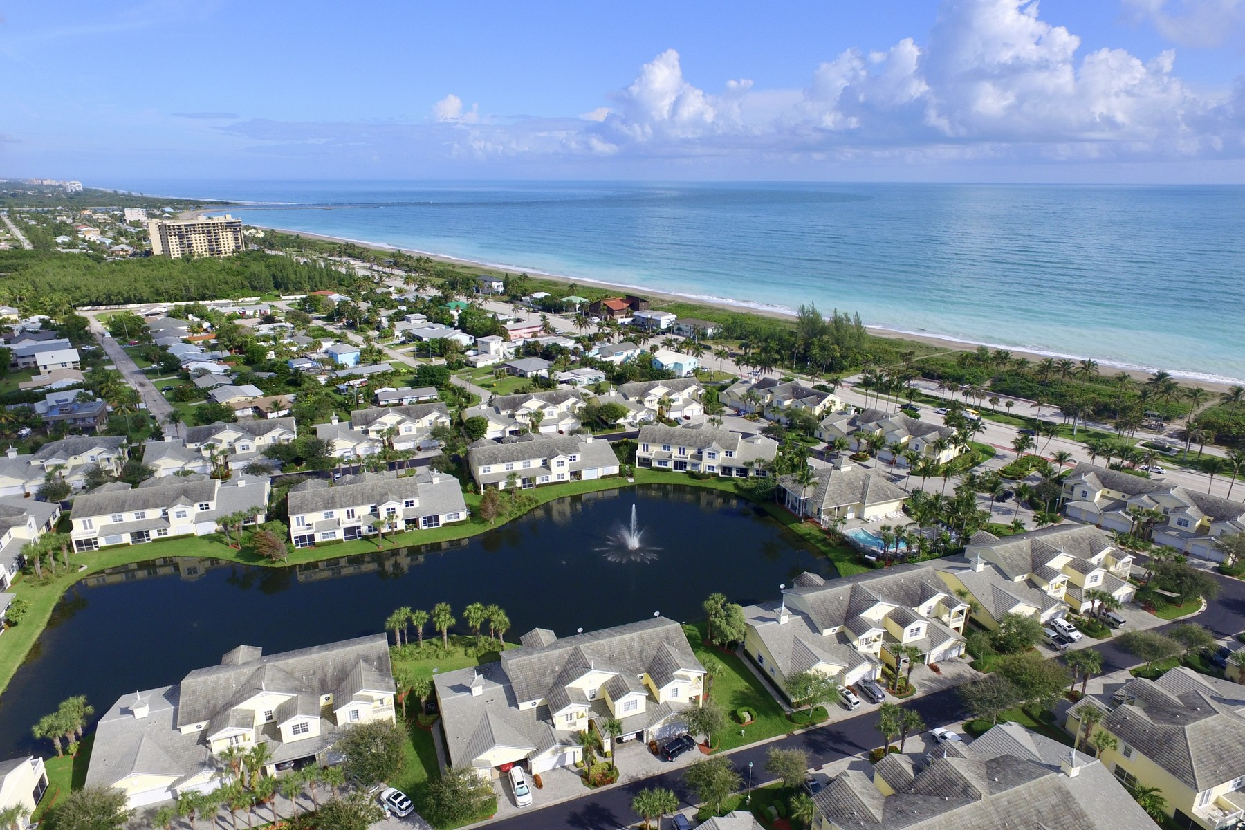 Single Family Homes для того Продажа на Ocean to River Living at this Beautiful Three Bedroom End Unit Townhome 300 Mariner Bay Boulevard Fort Pierce, Флорида 34949 Соединенные Штаты