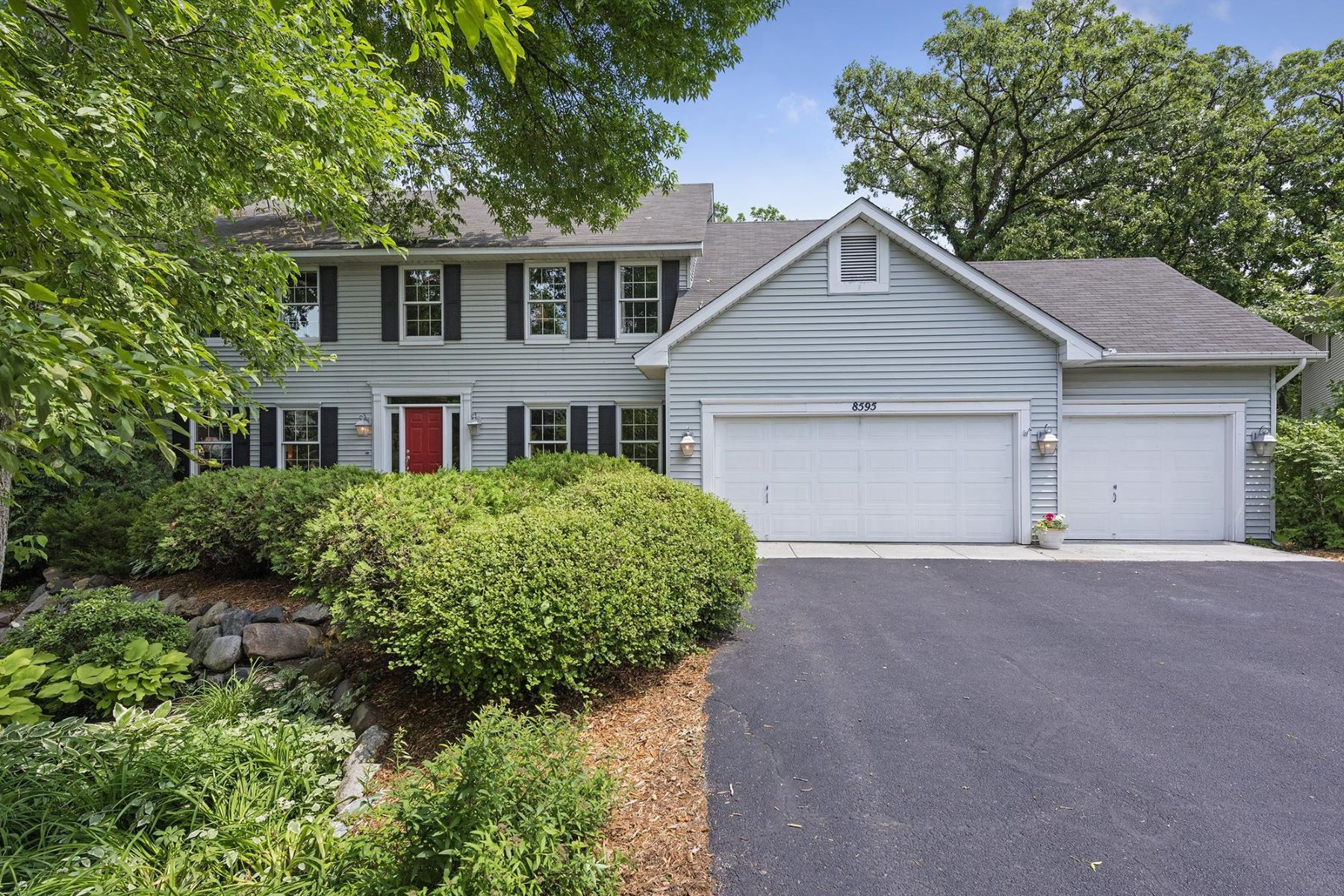 Casa para uma família para Venda às 8595 Drake Court Chanhassen, Minnesota, 55317 Estados Unidos