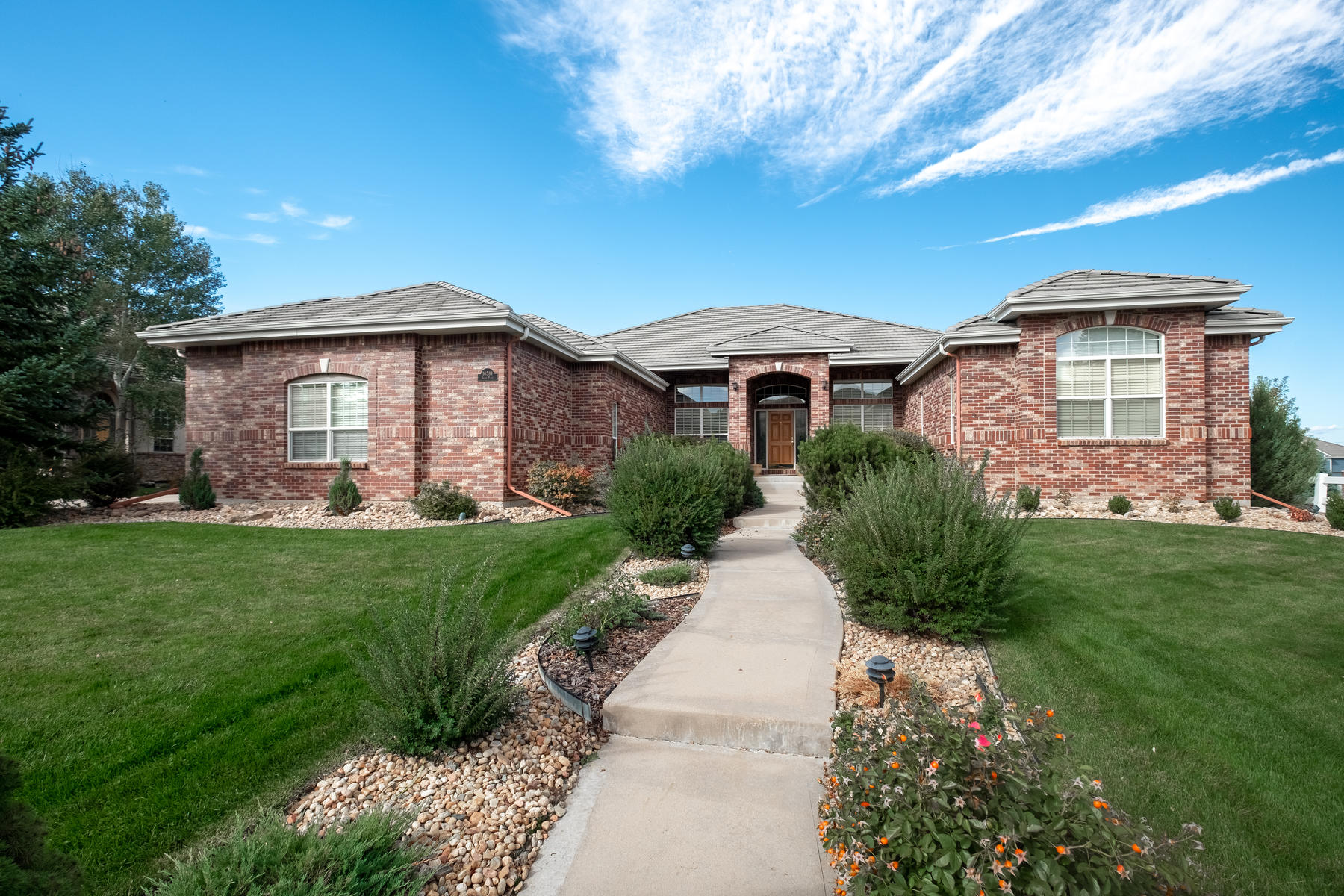 Single Family Homes のために 売買 アット Rare opportunity in Carriage Club -walk-out ranch with over 2,900 finishes Sq Ft 10589 Dacre Place Lone Tree, コロラド 80124 アメリカ
