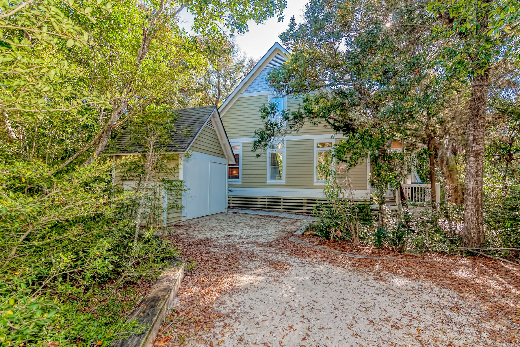 Casa Unifamiliar por un Venta en Beach Cottage among the Island's Magical Live Oaks 11 Sandwich Tern Trail, Bald Head Island, Carolina Del Norte, 28461 Estados Unidos